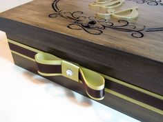 Caixas de mdf (8,5A x 20L x 25C) com  pintura rústica e decoradas com aplique de madeira com iniciais dos noivos e corações.