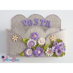 KIT - PORTA POSTA - Pointin'Craft Fleece Projects, Craft Projects, Bee Coloring Pages, Felt Bookmark, Jw Gifts, Christmas Gingerbread House, Right Angle Weave, Handmade Felt, Felt Ornaments