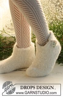 Felted DROPS Christmas slippers in 2 threads Alpaca. Free knitting pattern by DROPS Design. Crochet Socks, Knitting Socks, Knit Crochet, Knit Cowl, Crochet Granny, Hand Crochet, Felted Slippers Pattern, Knitted Slippers, Drops Design