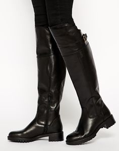 Botas negras de caña alta para mujer  http://stylabel.com/product/botas-de-montar-por-encima-de-la-rodilla-con-detalle-cruzado-de-carvela/3155390