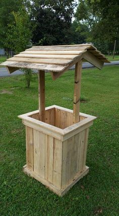 Reclaimed pallet wooden well house