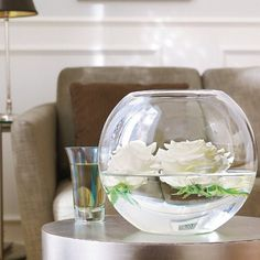 10 Ideas To Use White or Transparent Vases and Greenery - Shelterness Floating Flowers, Looks Cool, White Roses, Scented Candles, Flower Power, Greenery, Table Decorations, Winter Decorations, Centerpieces