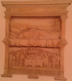 Monumento fúnebre del cardenal Philippe d'Alencon. Obra de Giovanni d'Ambrogio. El relieve de la parte inferior muestra una representación de la muerte de la Virgen Maria. Ubicado en Santa Maria in Trastevere, Roma, Italia.