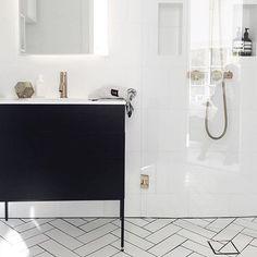 Bad med hvite fliser og svarte baderomsmøbler er sofistikert og stilig! #Baderomsinspirasjon via @modernabad #badno