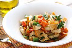 Zobacz jak przygotować sprawdzony przepis na Duszony kurczak z warzywami. Wydrukuj lub pobierz PDF z przepisem.