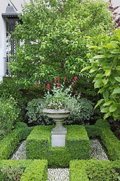 Kensington Courtyard English Gardens Idées de design et daménagement pays Formal Garden Design, English Garden Design, Small Garden Design, Small English Garden, Small Formal Garden Ideas, Country Cottage Garden, Cottage Garden Design, Cottage Gardens, Country Cottages
