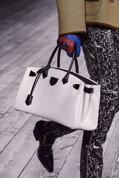 Louis Vuitton Fall 2020 Ready-to-Wear Collection - Vogue Fashion Week, Fashion Bags, Fashion Show, Fashion Accessories, Paris Fashion, Fashion Fashion, Street Fashion, Fashion Design, Autumn