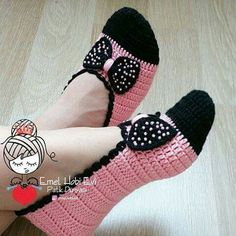 Minnie Mouse socks No patternCute Summer Slippers Crochet FA different way to assemble knitted / crocheted slippers. Much the same way a shoemaker would when cutting leather pieces for shoesThis Pin was discovered by Per Diy Crafts Crochet, Easy Crochet, Crochet Baby, Crochet Projects, Knit Crochet, Crochet Boots, Crochet Slippers, Crochet Clothes, Crochet Slipper Pattern