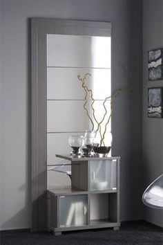 Este fantástico mueble auxiliar se compone por espejo y dos compartimentos con puerta en cristal y tirador metálico, todo ello en un atractivo diseño moderno. Se encuentra disponible en ceniza, cerezo y wengué.