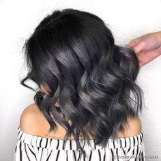 """No """"Charcoal Hair"""", algumas mechas acinzentadas também podem ganhar um toque azulado para deixar os fios com mais profundidade (Foto: Instagram @kimwasabi)"""
