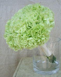 I garofani verdi, mischiati ai fiori bianchi fanno l'effetto dell'ortensia verde