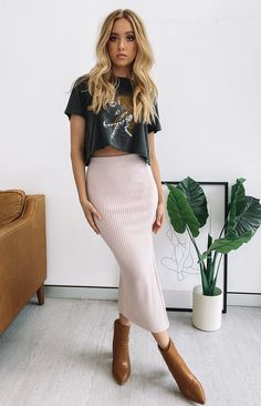 The Laurena Knit Midi Skirt Pink is all about the sleek, sophisticated style. She's a showstopper, that's for sure, hugging your figure in all the rig. Pastel Outfit, Spring Summer Fashion, Spring Outfits, Autumn Fashion, Fall Skirt Outfits, Casual Pencil Skirt Outfits, Summer Night Outfits, Outfits With Boots, Sexy Casual Outfits