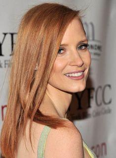 des cheveux roux aux reflets dorés combinés avec un maquillage aux nuances nude
