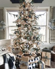 VIsit this post for my Christmas home tour, tips & tricks and lots of inspiration. Christmas decor ideas, Christmas tree decor ideas, Christmas greenery ideas, Christmas home decor, Christmas garland ideas