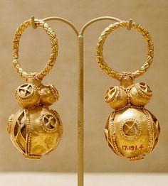 Pair of gold earrings. Avar work, between circa 550 and circa 650. The Met