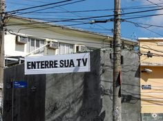 Faixas de anti-sinalização (Poro, 2009):  http://poro.redezero.org/intervencao/faixas-de-anti-sinalizacao/    Série de faixas instaladas na região do bairro de Santa Tereza e arredores (Belo Horizonte, MG).