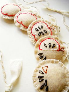 Evolution of Eating an Apple Felt Garland! Cute Little Things, Little Gifts, Fruit Crafts, Apple 4, Felt Garland, Kitchen Decor Themes, Recycle Plastic Bottles, Pin Cushions, Sewing Crafts