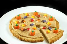 This easy to make Halloween cookie pizza recipe is sure to please your kids or guests, not only fun to make but fun to eat! A delicious sugar cookie, topped with a peanut butter cream cheese frosting and your favorite candy corn! Halloween Treats, Halloween Cookies, Haloween Snacks, Happy Halloween, Halloween Pizza, Halloween Images, Halloween Stuff, Scary Halloween, Fall Recipes