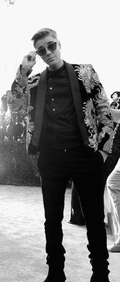 Justin Bieber in his dragon-covered Balmain jacket on the Met Gala red carpet. Bae, Balmain Jacket, Met Gala Red Carpet, I Love Justin Bieber, Red Carpet Looks, Favorite Person, Kylie Jenner, My Idol, Hot Guys