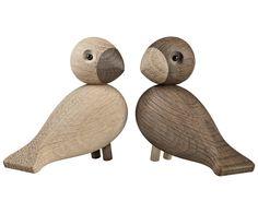 Dieses niedliche Vogelpaar wartet ab sofort jeden Tag Zuhause auf Sie. Das kleine Deko-Objekt UNZERTRENNLICHE von Kay Bojesen hält garantiert den Schnabel und ist ein echter Hingucker in Ihrem Regal. Wer kann diesem liebenswerten Paar wiederstehen?