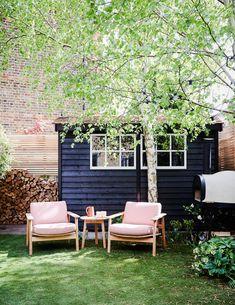 Garden shed furniture Modernist furniture & Scandinavian & French textiles abound in the home of designer Suzy Hoodless Back Gardens, Small Gardens, Outdoor Gardens, Diy Garden Furniture, Outdoor Furniture Sets, Outdoor Decor, Rustic Furniture, Antique Furniture, French Furniture