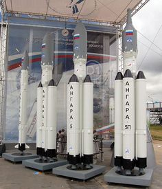 Les différents modèles de la famille de la fusée Angara lors d'un meeting aérien à Moscou  en 2009 (source Wikimedia Commons)