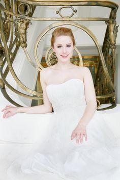 mona berg Kollektion 2015 - Felicia; Feenhaftes Brautkleid aus sanftem Tüll und mit feinen Drapagen. Das Oberteil hat einen Herzausschnitt und der Taille schmeichelt eine zart glitzernde Spitzenborte. Foto: Svea Ingwersen