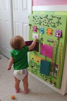 O quadro sensorial é uma atividade que promove o desenvolvimento da curiosidade tátil natural dos bebês. A cada nova sensação, uma descoberta que encanta
