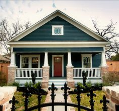 Craftsman cool. I would love to put this porch on the front of my house! Jaime les colonne en brik