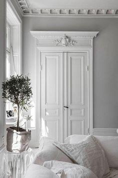 〚 Bold decor in artful white Swedish apartment〛 - Scandinavian design - Home Lilla Classic Home Decor, Elegant Home Decor, Elegant Homes, Classic Interior, Objet Deco Design, White Interior Design, Interior Photo, Interior Door, Diy Interior