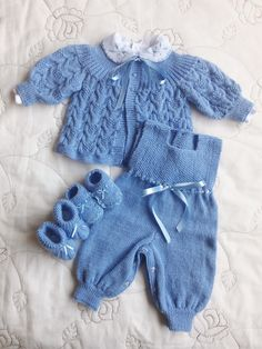 Baggy Baby Muster von By Amstrup Baby Knitting Patterns, Baby Booties Knitting Pattern, Baby Boy Knitting, Baby Patterns, Free Knitting, Baby Boy Sweater, Baby Cardigan, Baby Sweaters, Brown Cardigan