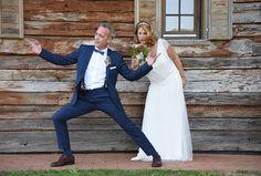Bild Foto heiraten Hochzeitsfoto verspielt lustig humorvoll verrückt anders Brautstrauss tanzen Barbara Wagner momentissimo