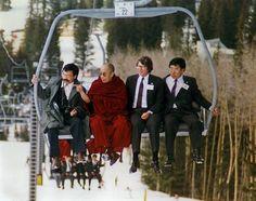 Der Dalai Lama beim Besuch von Santa Fe, NM, USA.  Er hört vom Skifahren und wollte es sich selbst einmal anschauen.  #Santfe #Ski #Chairlift