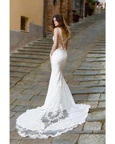 2b587b38afe8 Una mezza sirena romantica tra le strade toscane per la collezione Pinella  Passaro sposa Wedding in