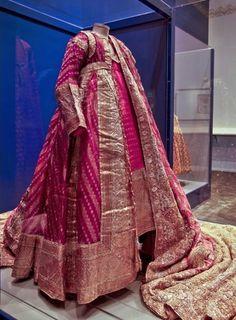 Wedding dress of a Mughal princess from North India, circa 1900 Khada Dupatta, Hijab Collection, Royal Clothing, Vintage India, Royal Dresses, Indian Textiles, Desi Clothes, Ethnic Dress, India Fashion