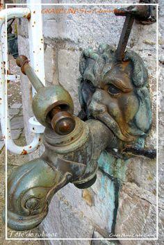 Une des deux têtes de robinet de la grande citerne. Celle-ci approvisionnait en eau l'ensemble de la Cité. Ville France, Door Handles, Home Decor, Fresh Water, Tops, Door Knobs, Decoration Home, Room Decor, Home Interior Design