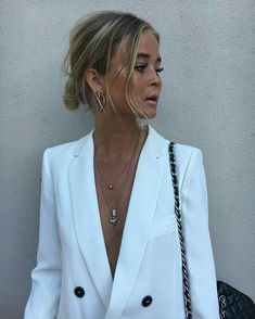 White blazer with small jewelery, low bun. Smart Casual Outfit, Simple Outfits, Casual Chic, Passion For Fashion, Love Fashion, Fashion Beauty, Fashion Outfits, Beauty Style, Fall Fashion