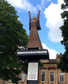 Better to die on your feet than live for ever on your knees – Dolores Ibárruri Statue érigée par la Ville de Glasgow et le British Labour Movement en hommage aux volontaires qui luttèrent contre le Fascisme en Espagne de 1936 à 1939.