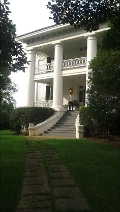 ℳiss Charlotte's Southern Plantation {charm school} ⚜⚜ Poppy Pea Southern Plantation Homes, Southern Mansions, Southern Plantations, Southern Homes, Southern Charm, Plantation Houses, Magnolia Plantation, Southern Style, Southern Greens