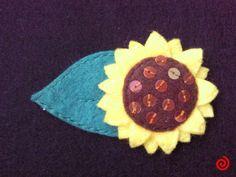 Broche de girasol hecho a mano con fieltro y lentejuelas :)