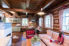 Tak jako v klasické chalupě zabírá skoro celé přízemí sednice, tedy kuchyně, jídelna a obývací pokoj v jednom.