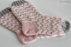 Chevron socks in pink, white and grey - Super knitting Crochet Socks, Knitting Socks, Knit Crochet, Knitting Videos, Knitting Projects, Knitting For Kids, Baby Knitting, Winter Fashion 2014, Marimekko Fabric