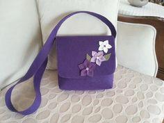 keçeden çanta Brooches Handmade, Handmade Bags, Felt Diy, Felt Crafts, Sweet Bags, Felt Purse, Diy Handbag, Art Bag, Patchwork Bags