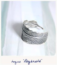 Légèreté  [Bague] 20.00€  Une plume légère en laiton argenté, traité, vieilli et patiné qui s'enroulera délicatement autour de votre doigt.     ___________________    Largeur de la plume : de 12 à 6 mm  Diamètre : Unique (ajustable)
