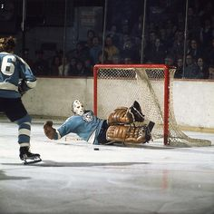 Binkley stacks the pads – Vintage Sports Images Hockey Goalie, Hockey Games, Pittsburgh Penguins Goalies, Goalie Mask, Star Wars, Nhl Players, Sports Images, Old School, Classic