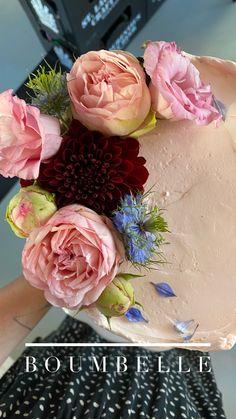 Das Schokoladen-Törtchen wurde in rosa eingefasst und mit frischen Blumen in rosa, blau und Burgunder dekoriert. Floral Wreath, Wreaths, Decor, Pink, Wedding Day, Engagement, Decorating, Pies, Birthday