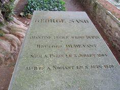 Achter het woonhuis van George Sand in Nohant ligt het graf met steen