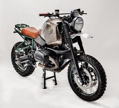Buldozzer is a BMW build by the Italian workshop Officine Sbrannetti. The motorcycle rocks a new, custom-made leather seating and tank cover, aluminum fenders, a double headlamp, threaded Scrambler Custom, Scrambler Motorcycle, Bmw Motorcycles, Custom Motorcycles, Custom Bikes, Bobber, Honda Scrambler, Bike Bmw, Bicycle