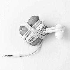 Praktischer, kleiner Kabelhalter für unterwegs. Hier entdecken und shoppen: http://sturbock.me/m2L