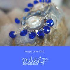 Ohrringe mit zentraler Süßwasserperle, Glasperlen in royalblau. Kunstvoll gewickelter Silberdraht. Handmade by souldesign. Erhältlich im onlineshop. Schmuck Design, Sapphire, Pearl Earrings, Pearls, Jewelry, Semi Precious Beads, Handmade Jewelry, Ear Rings, Chain